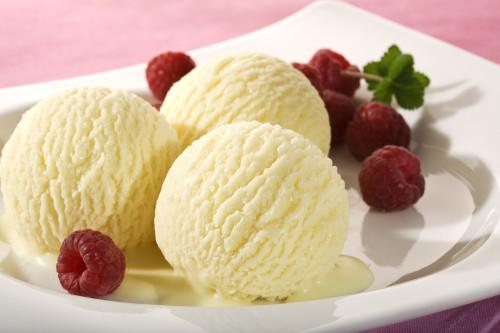 Мороженое пломбир и малина на тарелке