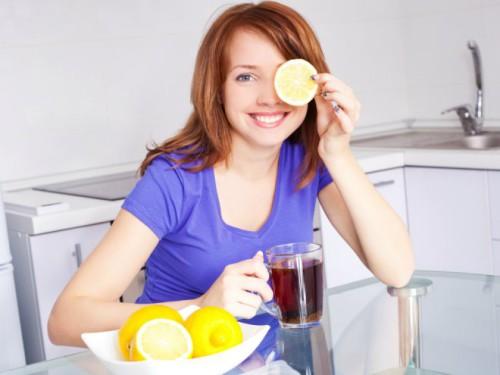 Девушка пьёт чай с лимоном для повышения иммунитета