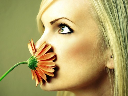 Девушка закрыла рот цветком, чтобы люди не почувствовали запах перегара