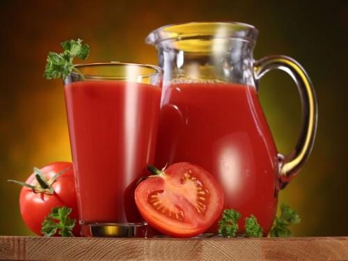 Свежий томатный сок в графине и стакане
