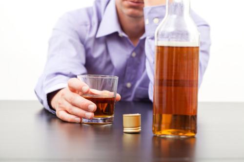 Мужчина алкоголик пьет виски