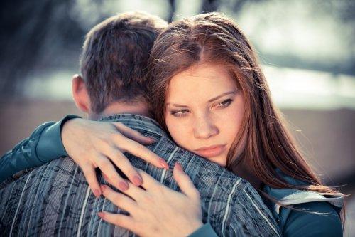 Девушка обнимает своего парня
