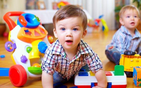 Ребенок играет в детском саду