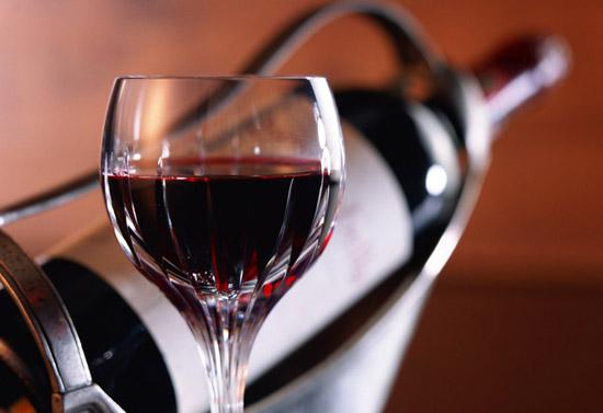 Сливовое вино в стеклянном фужере