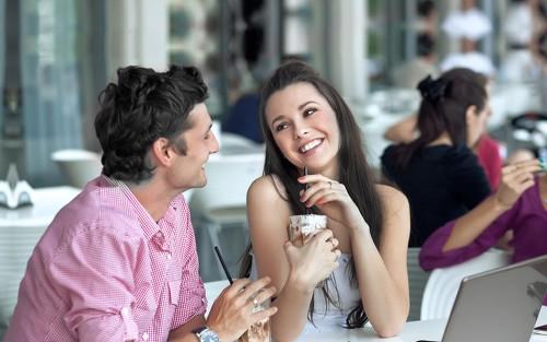 Красивая девушка флиртует с молодым человеком