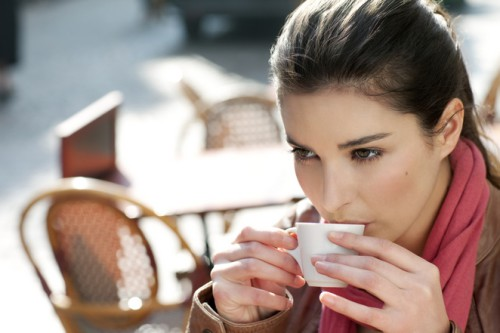 Беременная девушка пьёт кофе