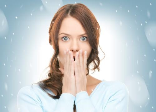 Икающая девушка прикрывает рот ладонями