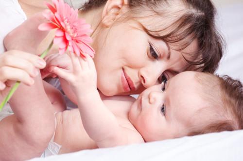 Мама и её малыш, которого отучили от груди
