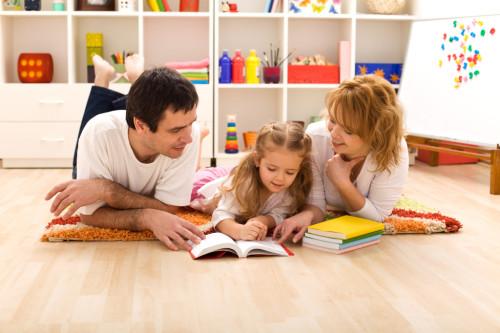 Мама и папа учат дочь