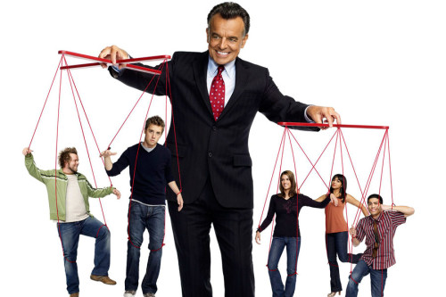 Мужчина манипулирует людьми дёргая за верёвочки