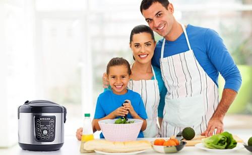 Семья готовит обед в мультиварке