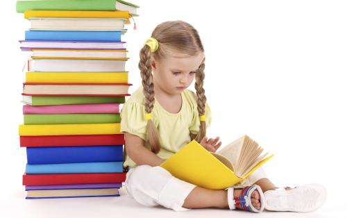 Красивая девочка читает книгу