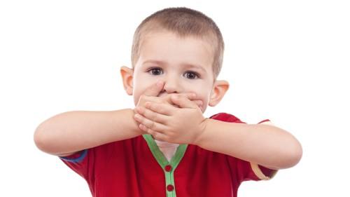 Ребёнок прикрыл рот руками