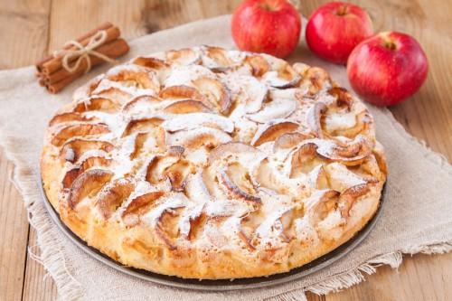 Шарлотка с яблоками посыпанная сахарной пудрой