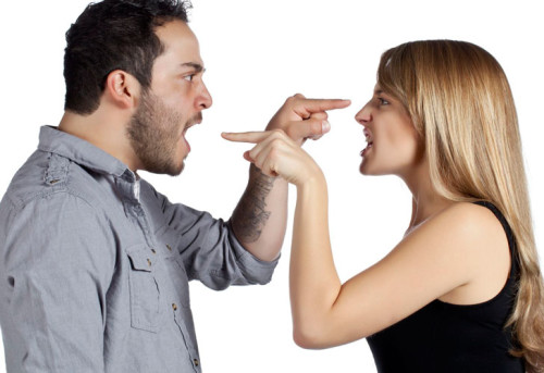 Парень и девушка ругаются