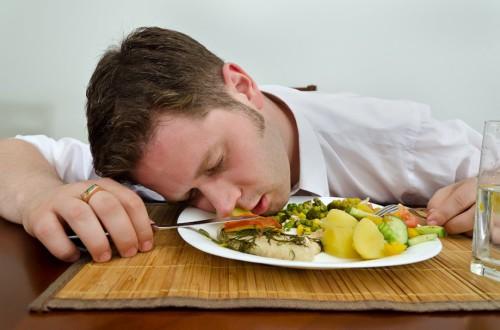 Парень уснул в тарелке с едой