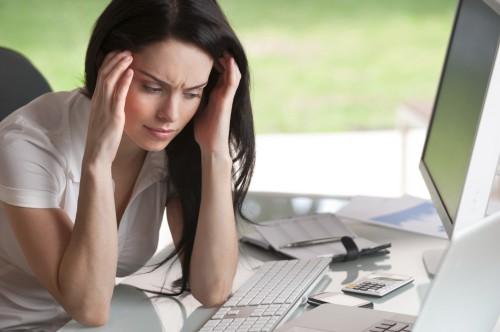 Девушка на работе испытывает стресс