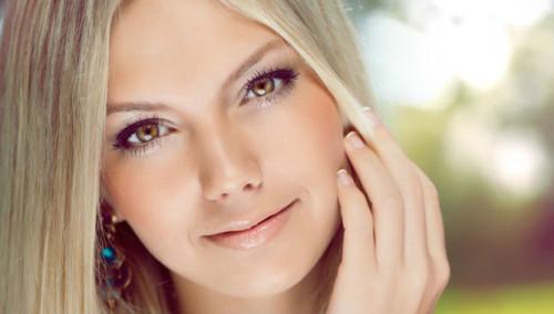 Красивая девушка с жирной кожей лица