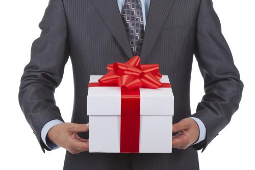 Мужчина держит в руках свой подарок