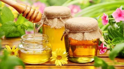 Домашний мёд в банках на столе