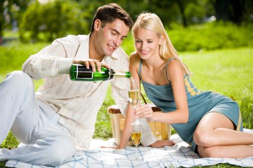 Парень и девушка на первом свидании в парке