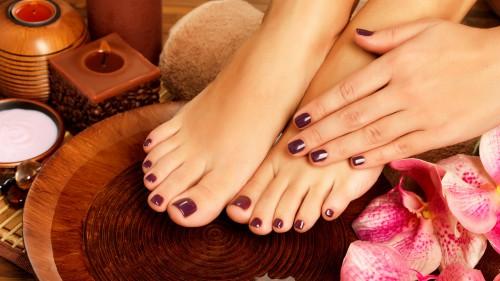 Красивые ногти на ногах девушки, вылеченные от грибка ногтей