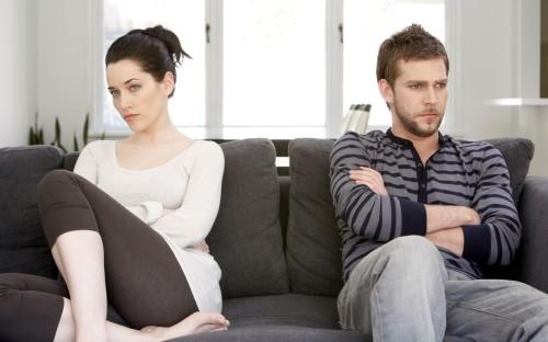 Муж и жена поссорились и не разговаривают с друг другом