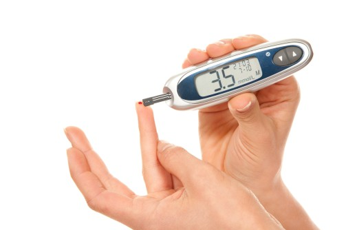 Девушка измеряет уровень сахара в крови