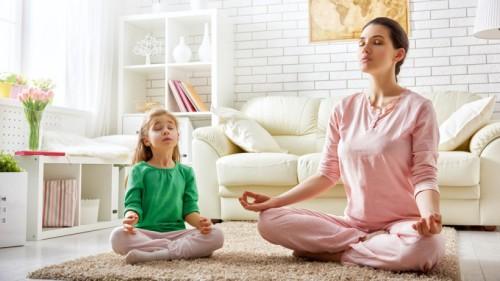 Мама и дочь медитируют