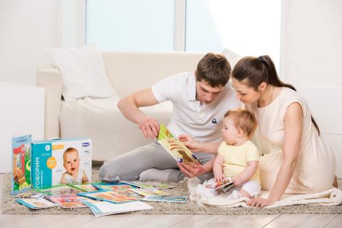 Мама и папа учат ребёнка разговаривать