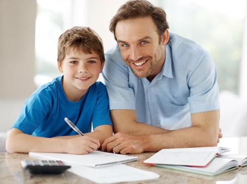 Мужчина помогает мальчику учиться