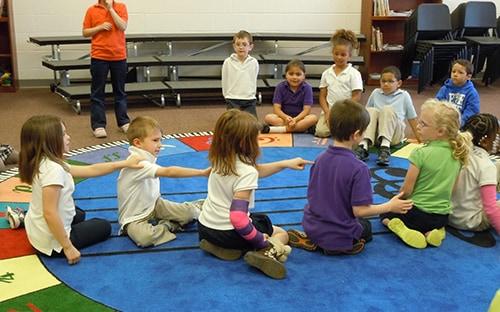 Дети в группе в детском саду играют в игру