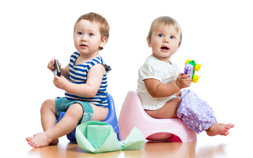 Дети сидят на горшках с игрушками в руках