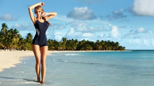 Красивая, худая девушка в купальнике на берегу моря
