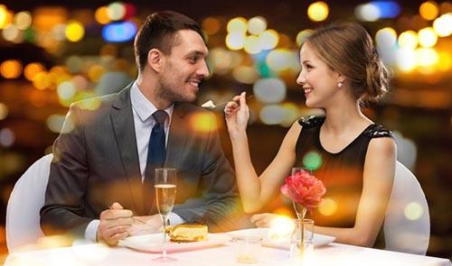 Мужчина и девушка за столом