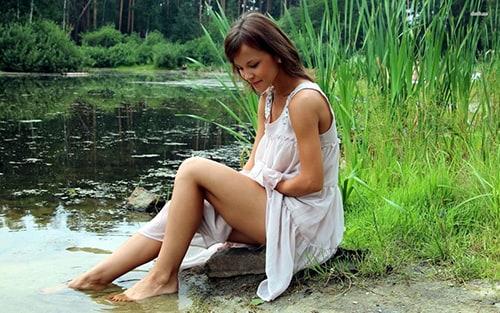 Девушка на берегу озера