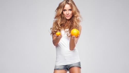 Девушка с апельсином в руке