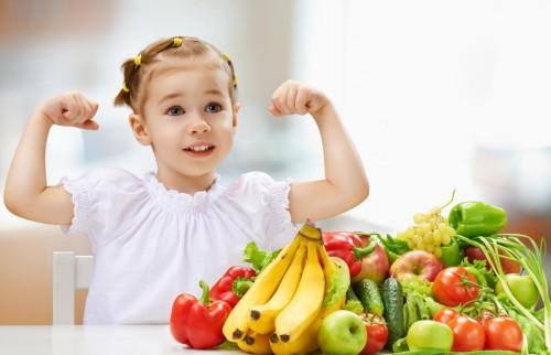 Маленькая девочка показывает какая она сильная и здоровая