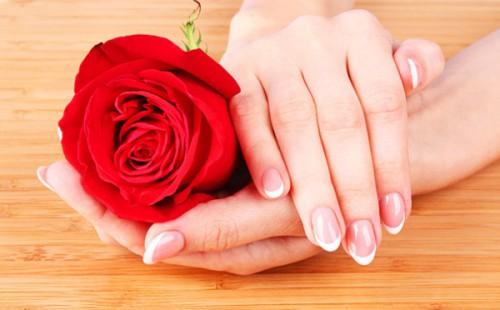 Женские ногти на руках покрытые красивым французским маникюром
