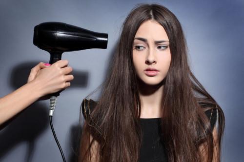 Девушка и фен для волос