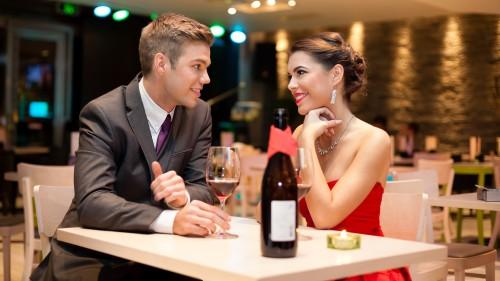 Девушка и парень сидят за столом в ресторане