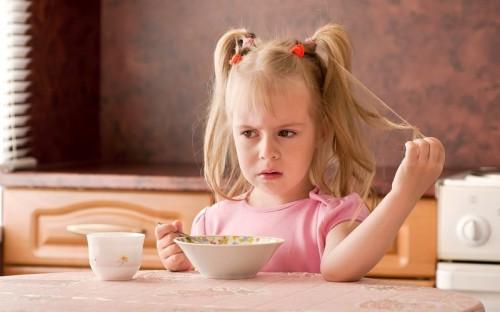 Девочка не хочет кушать обед