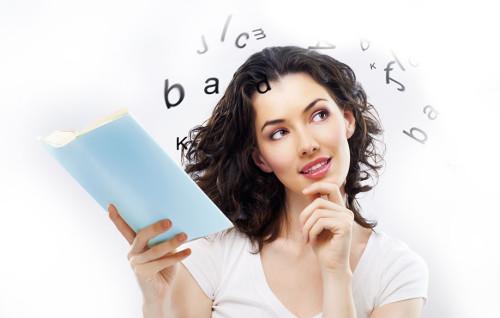 Красивая девушка держит в руках книгу