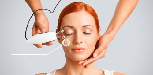 Девушка на приёме у косметолога, которая делает процедуру микротоком