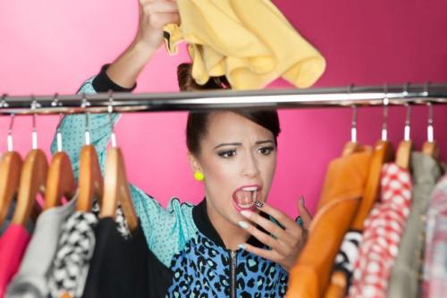 Девушка увидела моль в шкафу на одежде и сильно возмущена этим