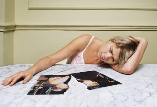 Девушка страдает смотря на фотографию любимого