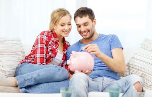 Муж и жена считают деньги