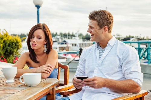Девушка и парень сидят за столом
