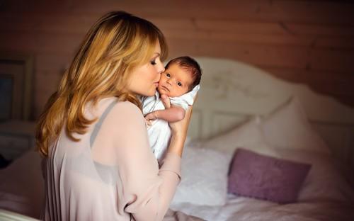 Новорождённый малыш и его мама