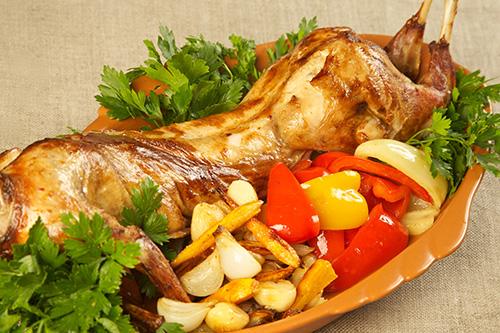 Жареный кролик с овощами